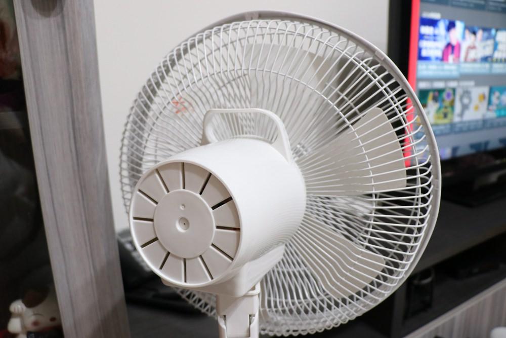 夏日清涼好物。AIRMATE 艾美特USB手持風扇、夾扇、家用立扇。30天免費退換、一年保固!