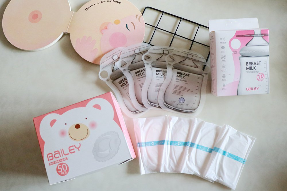 BAILEY貝睿哺育用品分享-母奶媽媽必備 ▌BAILEY指孔型母乳袋。倍柔防溢乳墊 @艾比媽媽