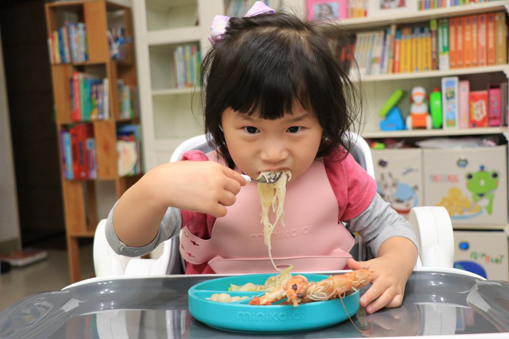 訓練孩子自主吃飯的好幫手。 英國tidy TOT寶寶BLW防髒托盤、土耳其minikoioi矽膠吸盤餐具、美國lil Sidekick萬用防掉帶