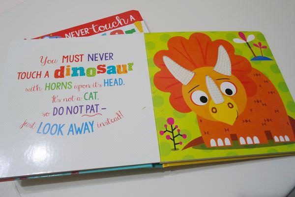 【寶寶】恐龍觸摸書/怪獸觸摸書英文童書開箱分享 ▋ Never Touch a Dinosaur / Never Touch a Monster