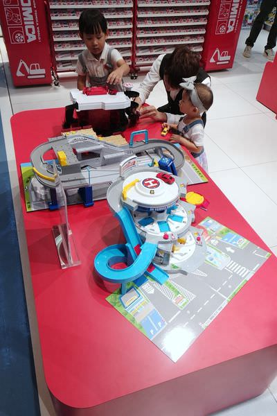 【寶寶】三創生活園區7樓子親娛樂嶄新登場,台北室內親子玩耍好去處 ▋TOMICA、奇樂多、大霹靂、新天鵝堡桌遊、拼圖總動員