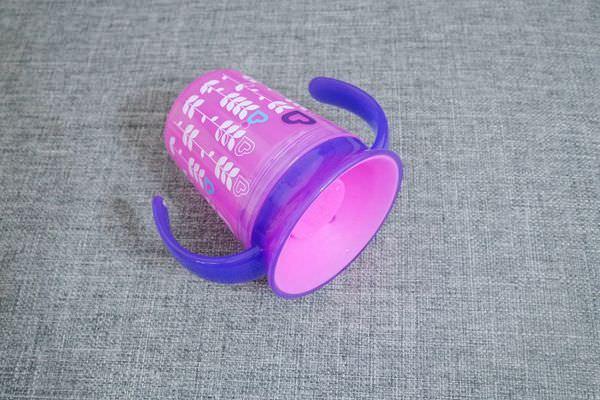 Munchkin滿趣健360度防漏水杯、不鏽鋼零食杯開箱 ▋360度防漏,各角度都能飲水、304不鏽鋼很耐用